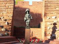 genc-qiyamci-heykeli